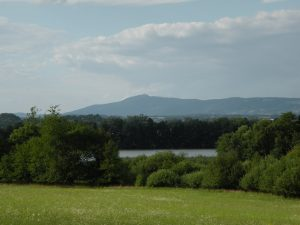 Rybník Žabakor, v pozadí Ještěd, červenec 2016