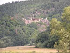 Zřícenina hradu Krašov od řeky, 2011