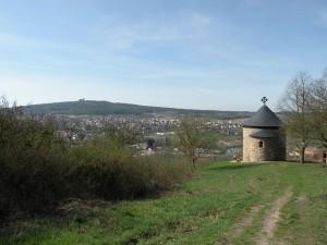 Rotunda Sv. Petra a Pavla, v pozadí Starý Plzenec a na kopci hrad Radyně